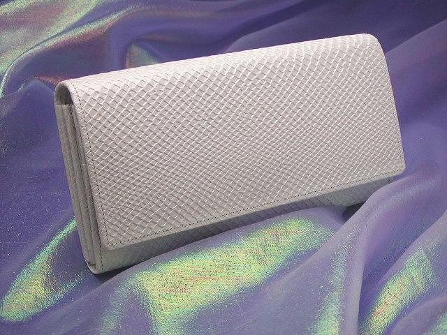 うろこ模様があしらわれた真っ白な白蛇の長財布の画像